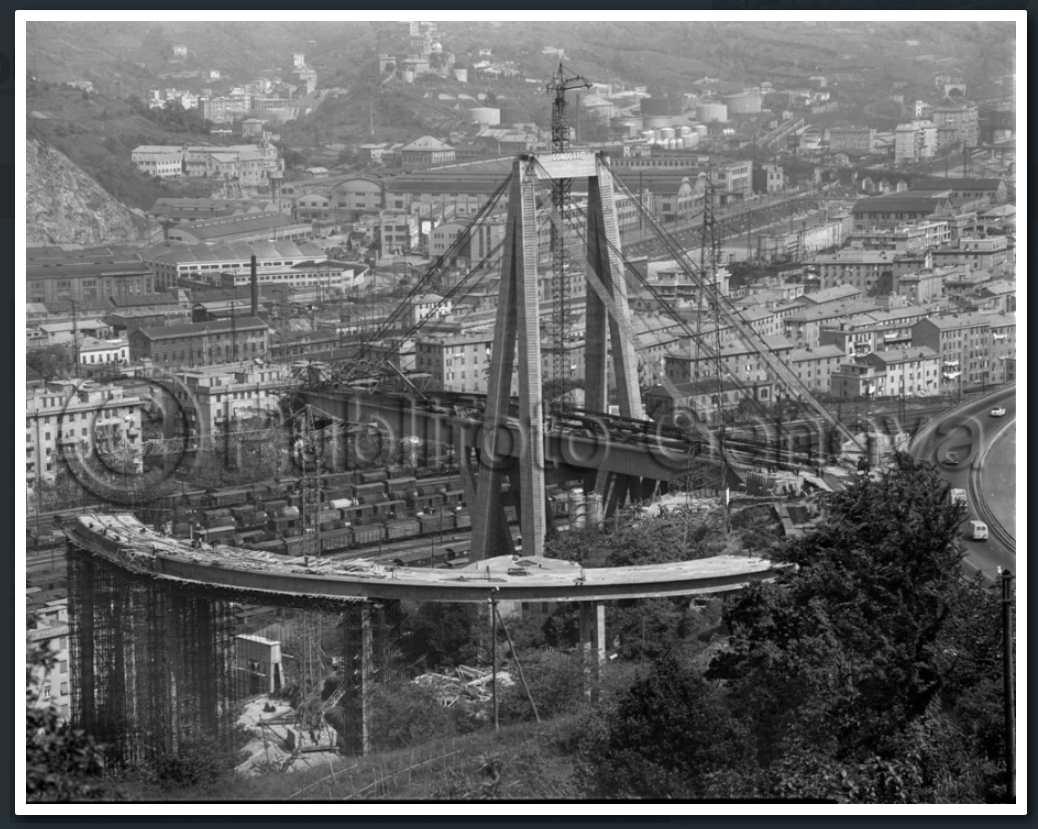 8 maggio 1964, lavori di costruzione degli stralli. Si notino i tiranti d'acciaio che verranno successivamente ricoperti di calcestruzzo