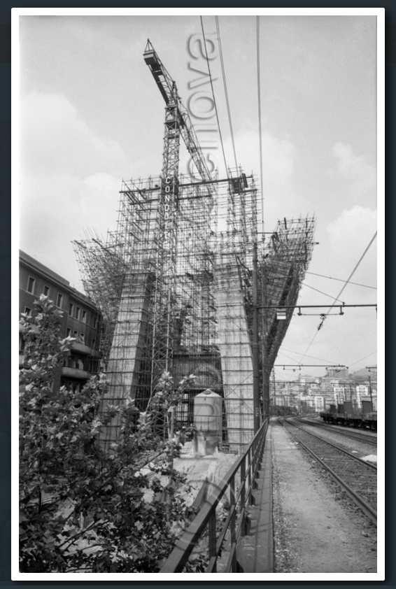 16 luglio 1965, Via Walter Fillak,  la costruzione del pilone 10 a ridosso delle case di Via Porro